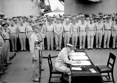 Douglas_MacArthur_signs_formal_surrender