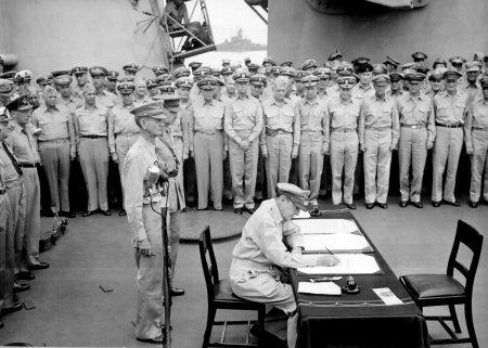 Douglas_MacArthur_signs_formal_surrender