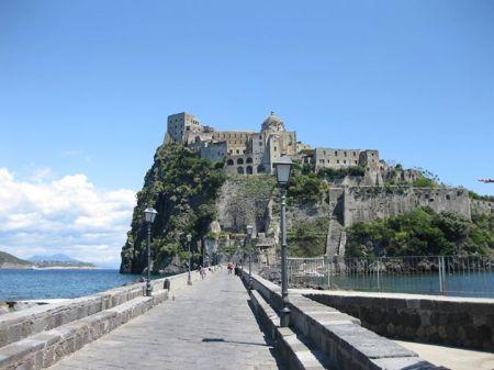 Lâu đài Aragonese trên đảo Ischia (từ 474 tr CN), nơi Vittoria Colonna từng sống (Ảnh của tác giả)