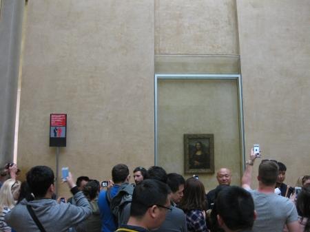 Trước bức Mona Lisa. Hình đỏ bên trái là biển cảnh báo kẻ cắp móc túi.