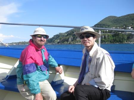 GS Luciano Moretto (trái) trên boong tàu đi tham quan quanh đảo Ischia