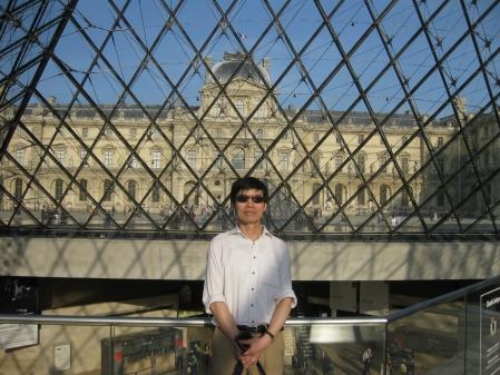 Trong Pyramide bằng kính của Louvre