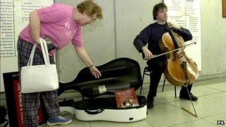 Lloyd Weber là nghệ sĩ biểu diễn rong đầu tiên trong ga tàu điện ngầm London được Anh quốc chính thức công nhận.