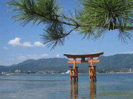 Cổng nổi torii nhìn từ phía đền Itsukushima