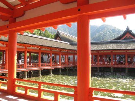 Trong đển Itsukushima