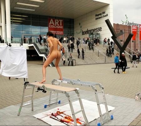 "Milo Moiré đang ""rặn đẻ"" tại Art Cologne."
