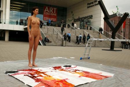 Milo Moiré trước canvas được mở ra sau khi gấp
