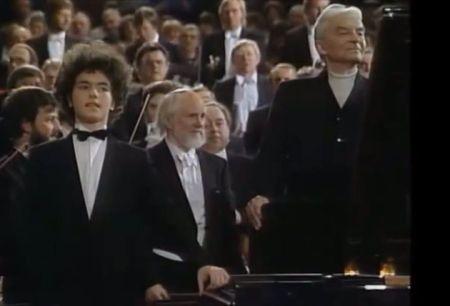 Evgeny Kissin (17 tuổi) và nhạc trưởng Herbert von Karajan (phải) sau trình diễn concerto No 1 của Tchaikovsky tại phòng hoà nhạc Berliner Philarmonike tháng 12.1988 (Nhấn chuột lên hình để xem video clip)