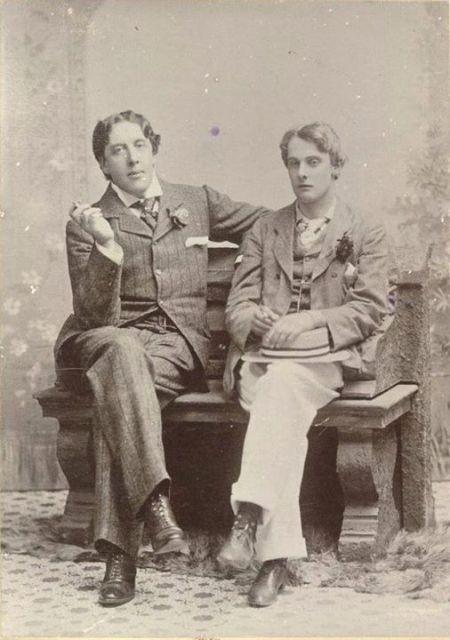 Oscar Wilde (trái) và Alfred Douglas (ảnh chụp năm 1893)