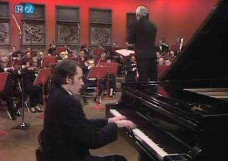 Glenn Gould chơi concerto No 5 của Beethoven cùng dàn nhạc giao hưởng Toronto (Toronto TV 12.9.1970). (Nhấn chuột vào hình để xem toàn bộ concerto)