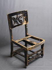 Ghế piano của Glenn Gould (1953). Bố ông lấy một cái ghế thường, cưa bớt 4 chân, và thêm vít vào bên dưới để có thể chỉnh được độ cao từng chân. Khoảng cách từ mặt ghế tới sàn chỉ khoảng 36 cm, thấp hơn mặt ghế chuẩn khoảng 15 cm. Kể cả sau khi đệm ghế đã bị hỏng, Gould vẫn dùng ghế này, ngồi lên thanh ngang.