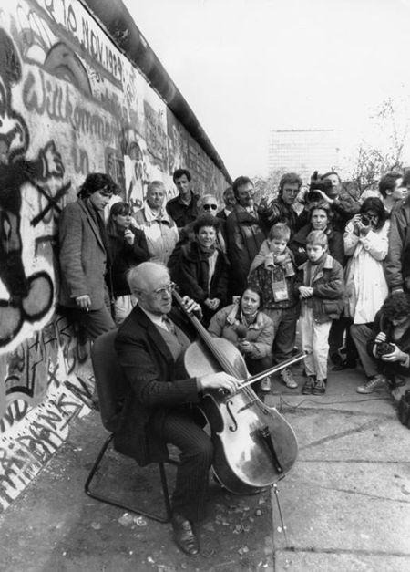 Mstislav Rostropovich chơi cello tại tường Berlin ngày 12.11.1989 ngay sau khi bức tường này bị phá bỏ. (Nhấn chuột vào hình để xem video)