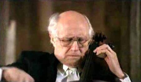 """Mstislav Rostropovich chơi Prelude từ Cello Suite No. 1 của J.S. Bach. (Nhấn chuột lên hình để xem video clip đã được hơn 9 triệu 7 trăm ngàn lượt người xem). Rostropovich đã chơi Prelude này như một encore sau trình diễn concerto cho cello của Dvorak ở New York không lâu sau vụ khủng bố 11.9.2001. Để tưởng nhớ những người đã chết trong vụ thảm sát, ông yêu cầu khán giả không vỗ tay. Khi ông chơi xong, tất cả khán gỉả im lặng đứng dậy để tặng ông một """"silent standing ovation""""."""