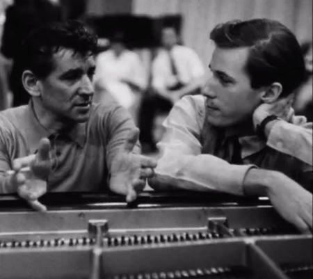 Leonard Bernstein (trái) và Glenn Gould. Nhấn chuột lên hình để nghe phát biếu của Bernstein sau đó là toàn bộ concerto của Brahms do Glenn Gould chơi cùng DNGH New York do Bernstein chỉ huy tại Carnegie Hall đêm 6.4.1962