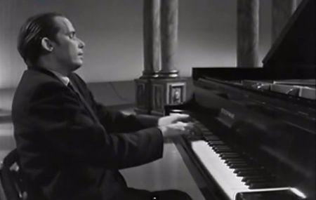 Glenn Gould chơi 32 variations cung Do thứ của Beethoven.  (Nhấn chuột lên hình để xem video clip.)