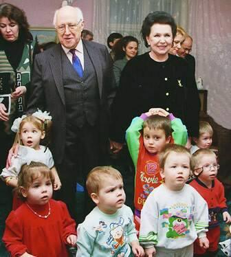 Mstislav Rostropovich và vợ ông, Galina Vishnevskaya (1926 - 2012) - ca sĩ soprano, nghệ sĩ nhân dân Liên Xô - cùng một số trẻ em Nga mà quỹ của Rostropovich đã chi tiền cưu mang.
