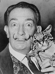 Salvador Dalí và con mèo rừng Babou của ông năm 1965