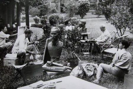 Hồ Chí Minh đang làm mẫu cho các hoạ sĩ và điêu khắc gia khắc hoạ chân dung mình trong vườn dinh chủ tịch (Hà Nội, 1960).Trong ảnh HS Kuznetsov ngồi bên trái, trên một cái thùng gỗ, đang vẽ trên canvas dựa vào bức tượng.