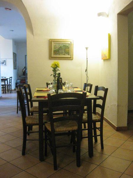 Restaurant bên trong hiệu bán prosciutto tại góc ngã tư phố Faenza và San Antoninno ở Florence