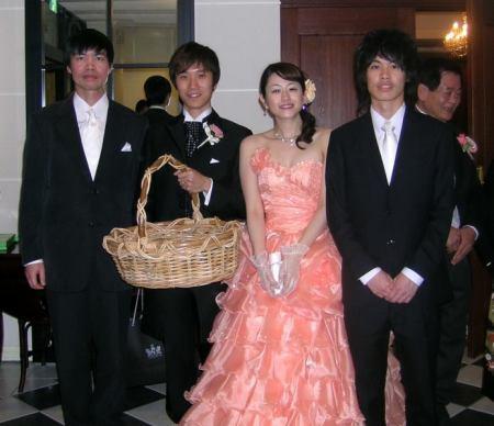 Hai cha con tôi (trái và phải) cùng cô dâu Reiko và chú rể Yoshihide (người cầm giỏ mây) trong ngày cưới 10.03.2007