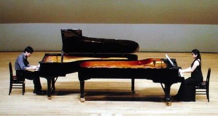 Biểu diễn chương I piano concerto cung La thứ của E. Grieg tại Ima Hall ở Tokyo ngày 2.08.2008. Cô Reiko chơi secondo piano thay dàn nhạc.