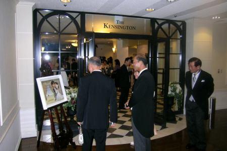 Bố mẹ chú rể (giữa) và bố cô dâu (phải) đang ngắm bức tranh tại cửa vào phòng tiệc cưới